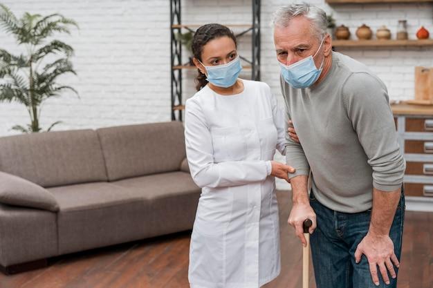 Врач держит пациента в боли