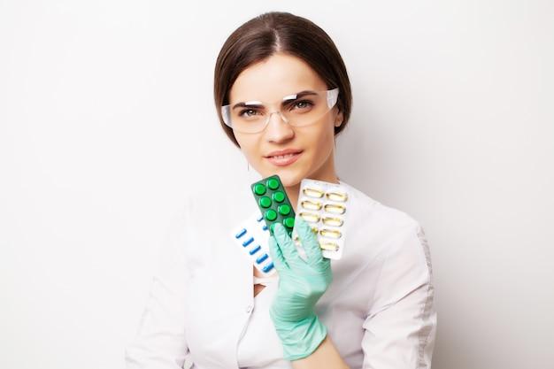 Доктор холдинг таблетки, предписанные для лечения пациента