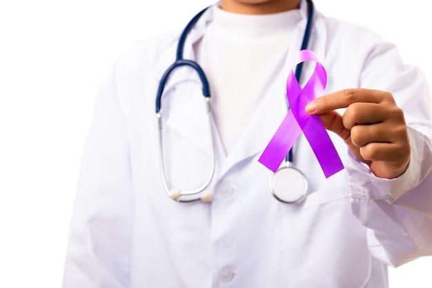 Доктор держит в руке фиолетовую ленту