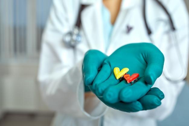 의사 의료 개념, 병원 의학, 심장학 손에 심장의 simbols를 들고
