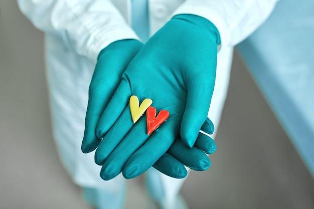 의사 의료 개념, 병원, 심장 의학과 심장의 simbols를 손에 들고.