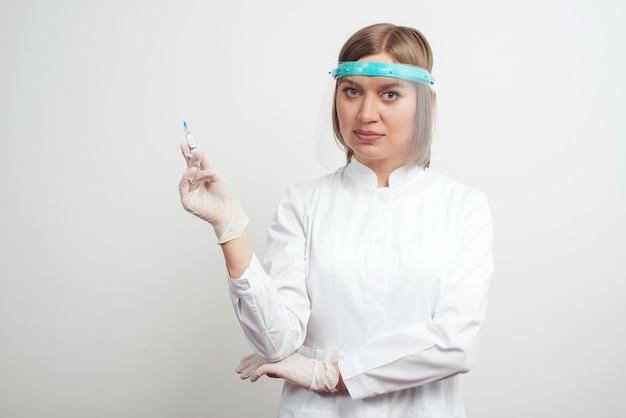 Доктор, держа шприц с вакциной, крупным планом. covid концепция вакцинации и иммунизации
