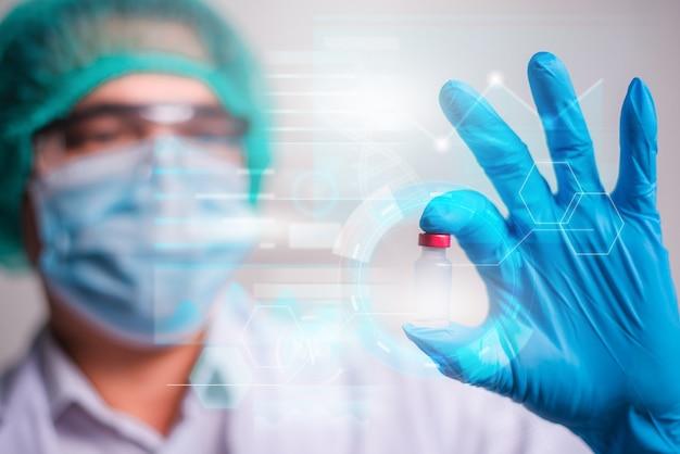 병원 배경, 혁신 및 의료 기술에 현대적인 hud 인터페이스 화면이 있는 백신 병을 들고 있는 의사.