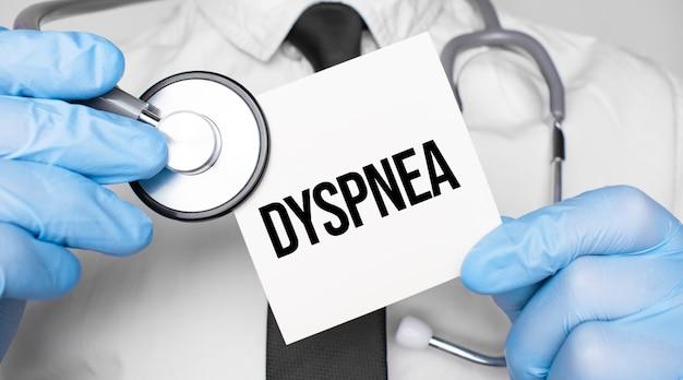 의사 holdnd 청진 기 및 종이 시트 woth 텍스트 dyspnea