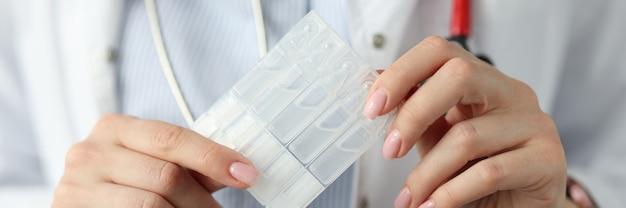의사는 그의 손 소화 및 면역 개념에 프로바이오틱스와 프리 바이오 틱스를 보유하고 있습니다.