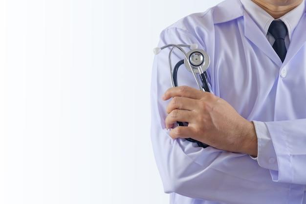 医者は聴診器を保持しています。