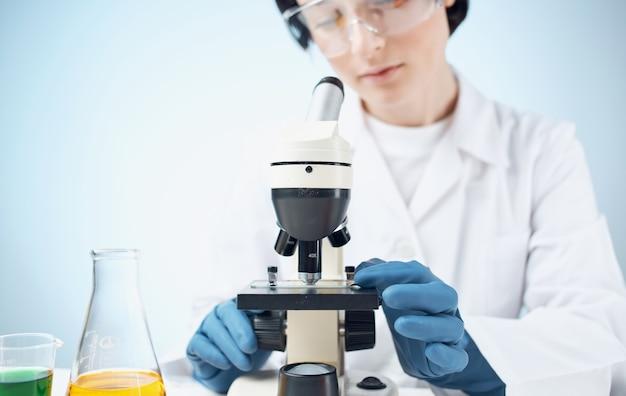 의료 가운 예방 접종 플라스 크 액체 실험실 연구 박테리아에있는 의사.