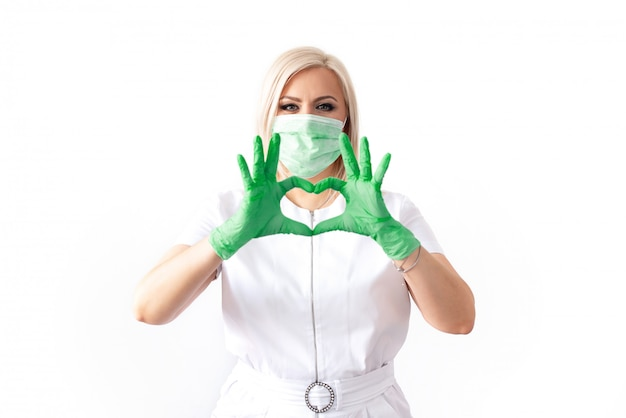 의료 마스크와 녹색 고무 장갑에 의사. 바이러스, 코로나 바이러스. 보호. 의료 및 미용 산업을위한 멸균 장비. 공간 복사