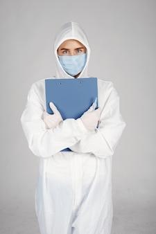 의료 마스크에 의사. 코로나 바이러스 테마. 흰색 배경 위에 격리. 보호 복에 여자입니다.