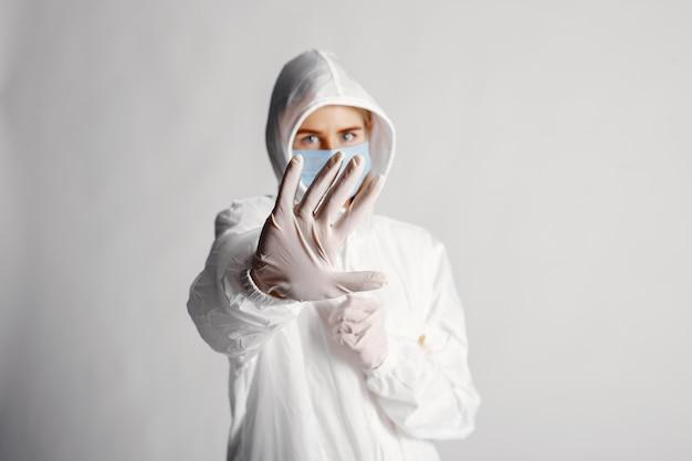 의료 마스크에 의사. 코로나 바이러스 테마. 흰색 배경 위에 절연