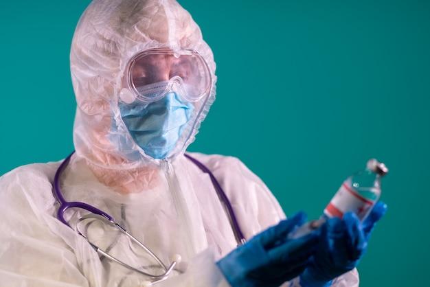 肩に聴診器を備えたppeスーツの医師
