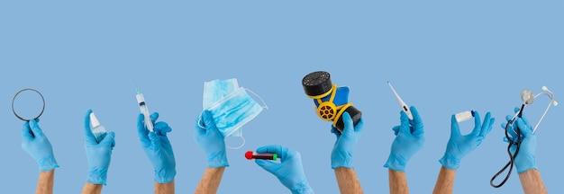 彼の手にオブジェクトを保持している保護青い医療手袋の医者。検疫、パンデミック、コロナウイルスcovid-19の概念。