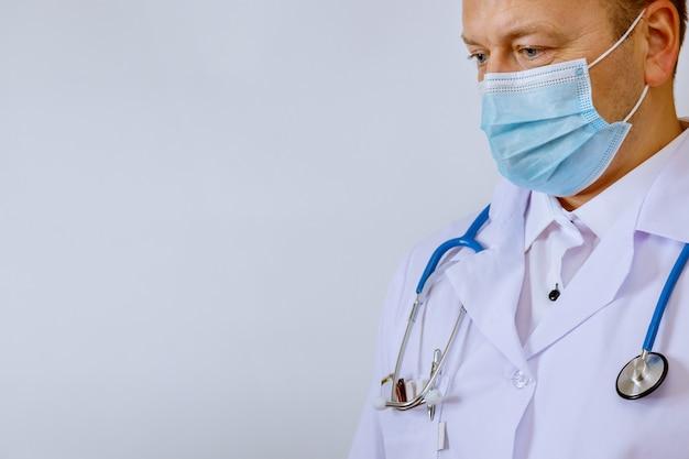 白衣を着た医師、医学の電話内視鏡。