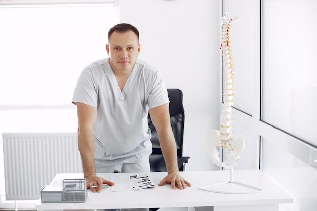 Доктор в белой форме в офисе