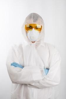 Доктор в противоэпидемическом костюме на белом фоне