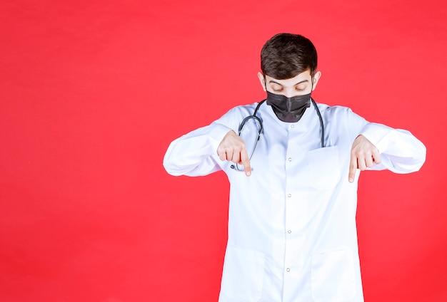 목에 청진 기와 검은 마스크에 의사.
