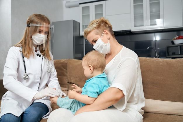 작은 아기의 건강 상태를 확인하는 마스크 의사