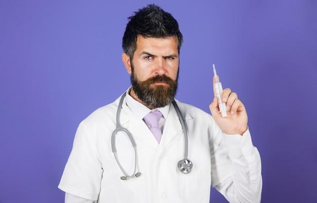 주사를 할 준비가 주사기와 의료 가운에 의사 예방 접종 의학 및 건강 관리