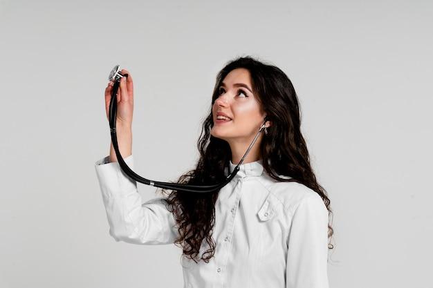 코로나 바이러스 covid-19 기간에 청진기와 의료 가운에 의사. 흰색 의료 드레스 간호사