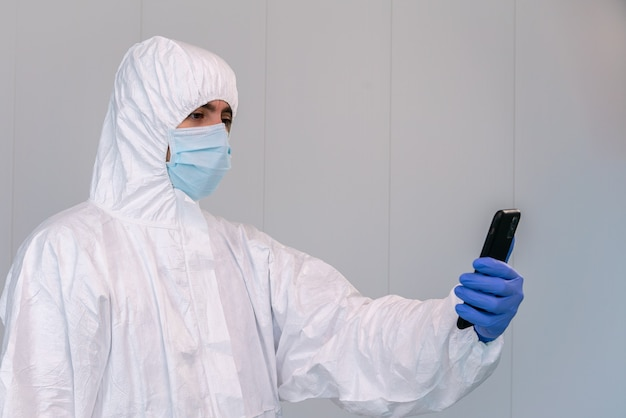 스페인의 한 병원에서 코로나 19가 유행하는 동안 스마트 폰에서 ppe 컨설팅 모바일 애플리케이션의 의사.