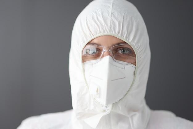 防護服と眼鏡をかけた医師