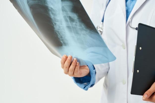 백의 진단 환자의 의사가 병원 작업을 스캔합니다.