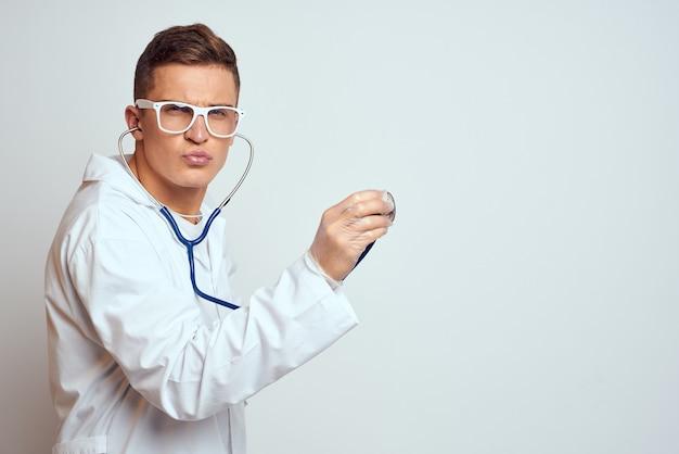 Врач в белом халате осмотр пациента стетоскопом