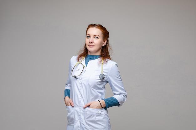 聴診器で白衣の医者。スペース