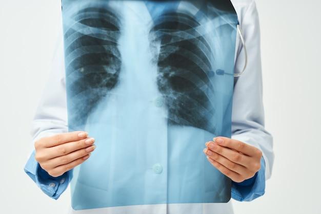 X線ヘルスケアの明るい背景と白衣の医者