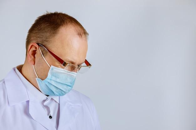 孤立した医療マスクを身に着けている医師の感染症専門医