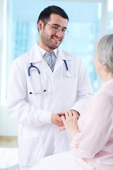 Доктор, взаимодействуя с его пожилых пациентов