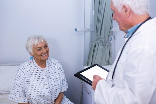 医師が病棟の上級患者と対話する