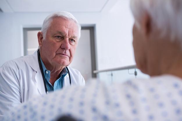 上級の患者と相互作用する医師