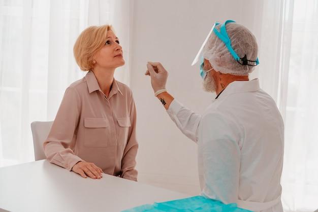 Доктор проверяет вирус covid тестером