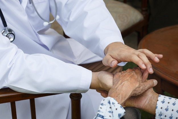 医師は高齢者を健康に保つことを奨励しています