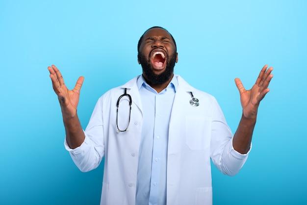 コロナウイルスcovid-19による過労により、医師は疲れ果ててストレスを感じています。