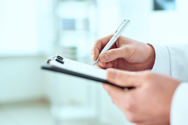 医師が患者の登録カードに記入しています