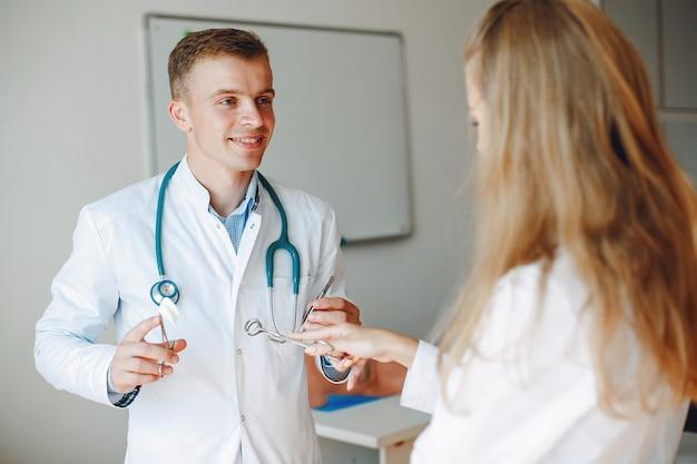 Доктор держит стетоскоп
