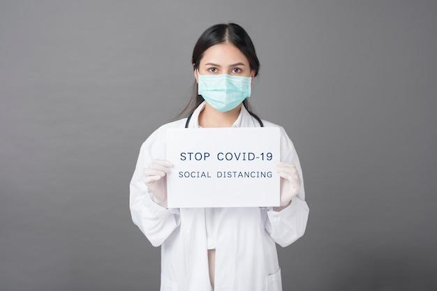 Доктор держит коронавирусную бумагу