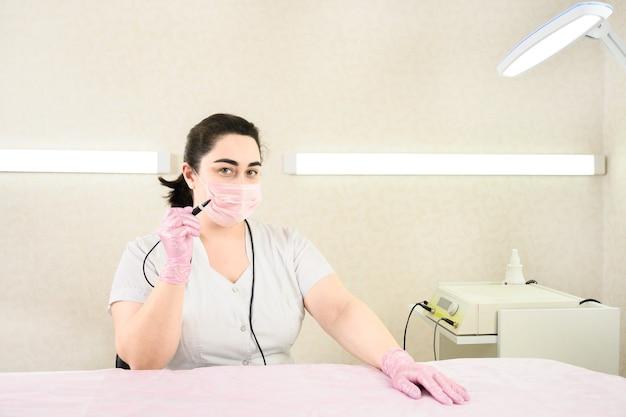 Врач ждет пациента для удаления волос методом электроэпиляции в косметологическом кабинете.