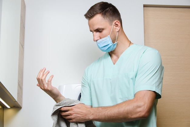 医者は私立診療所で手を洗っています
