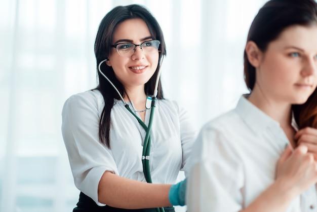 医師は聴診器を使用して患者の話を聞きます