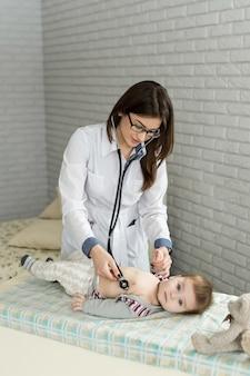 의사는 청진기로 심장을 듣습니다.