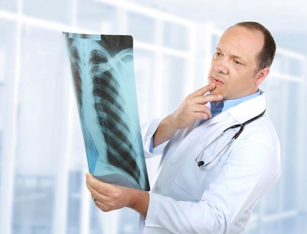 X線を見る医師