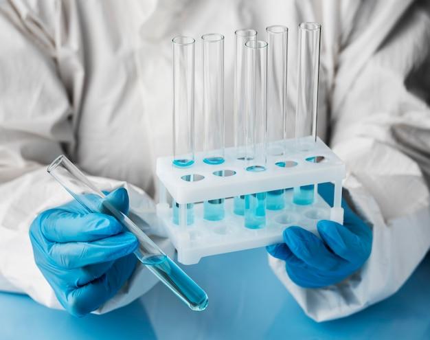 Medico che fa analisi con tubi medici