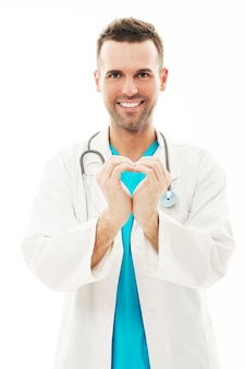 그의 손으로 하트 모양을 만드는 의사