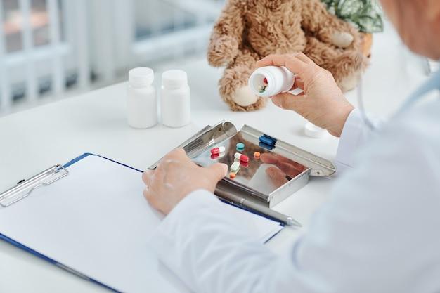 処方箋を作る医師