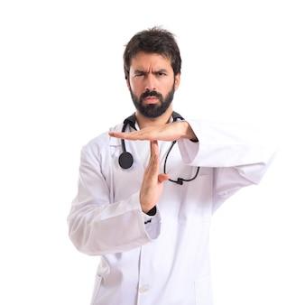 Medico che fa il tempo fuori gesto su sfondo bianco