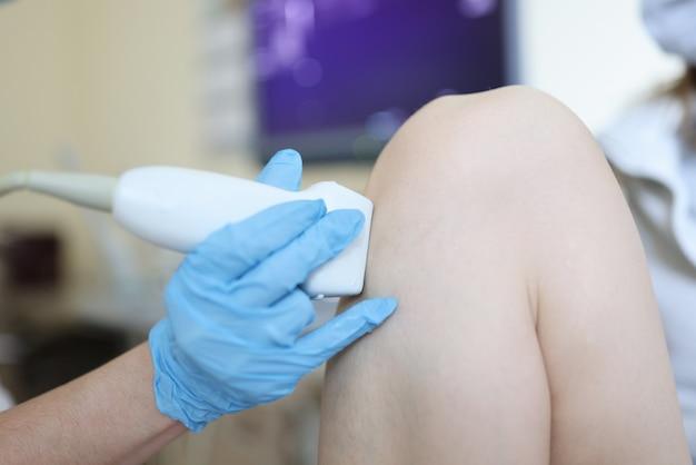 환자 무릎 관절 근접 촬영의 초음파 검사를 만드는 의사