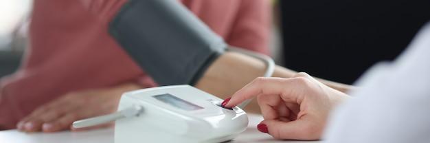 의사는 환자의 혈압 의료 개념을 측정합니다.